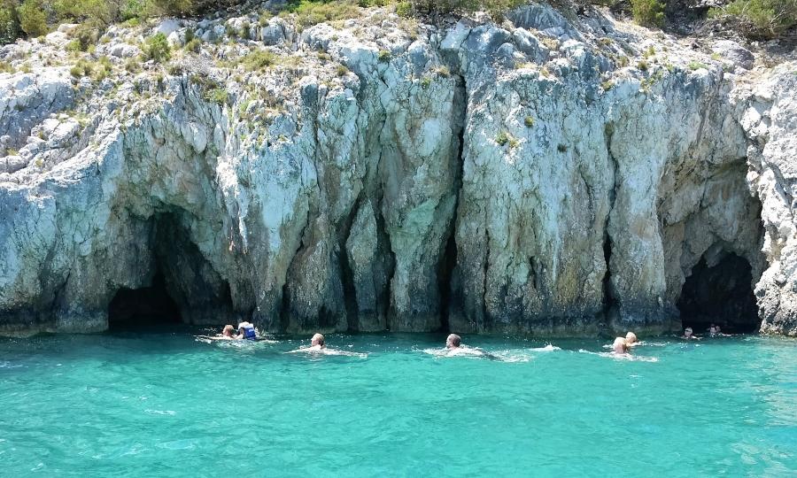 Grotte del parco marino nella costa meridionale di Zante
