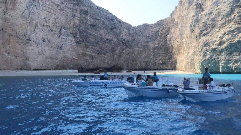 Wynajmij łódź ze sternikiem na Spiaggia del Relitto